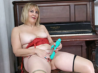 Florida milf Rebecca lets a dildo finish its vocation