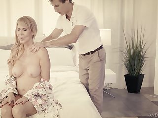 Fantastic busty blonde MILF Erica Lauren enjoys private massage and good charge from