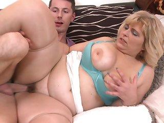 Chubby mature slut Silvia Vihova spreads her legs to be fucked