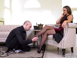 Pulling woman is keen for a dynamic hardcore withstand